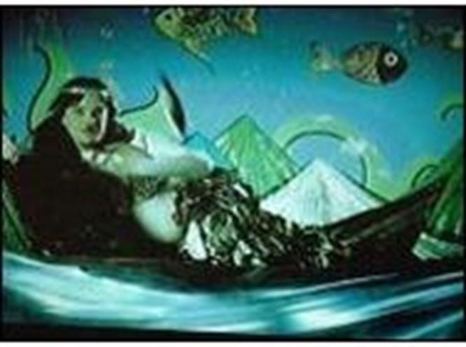 Beyaz deniz kızı oldu